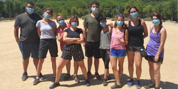 Equip del Casal d'estiu amb joves i persone voluntàries