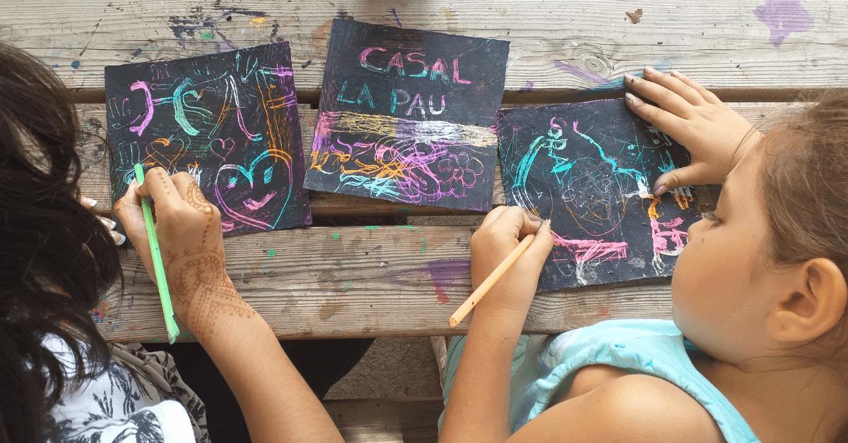Niños y niñas dibujando en el Casal de verano de Fundació IRES