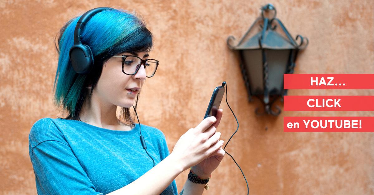 Foto de una joven con su móvil