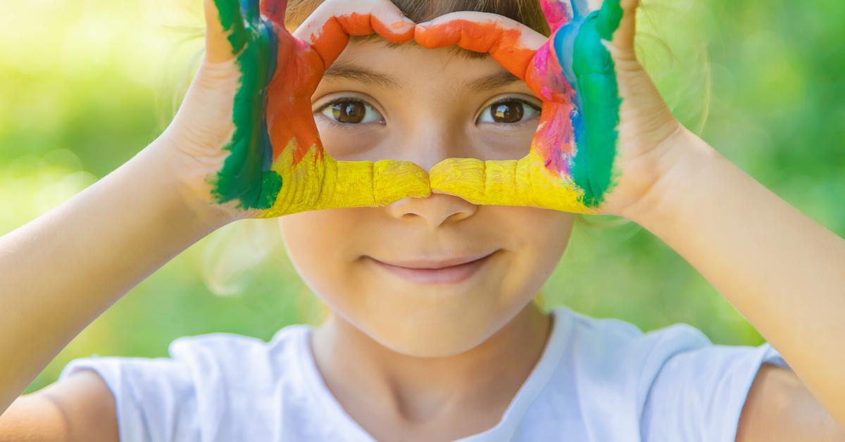 Nena amb joc de pintura a l'estiu
