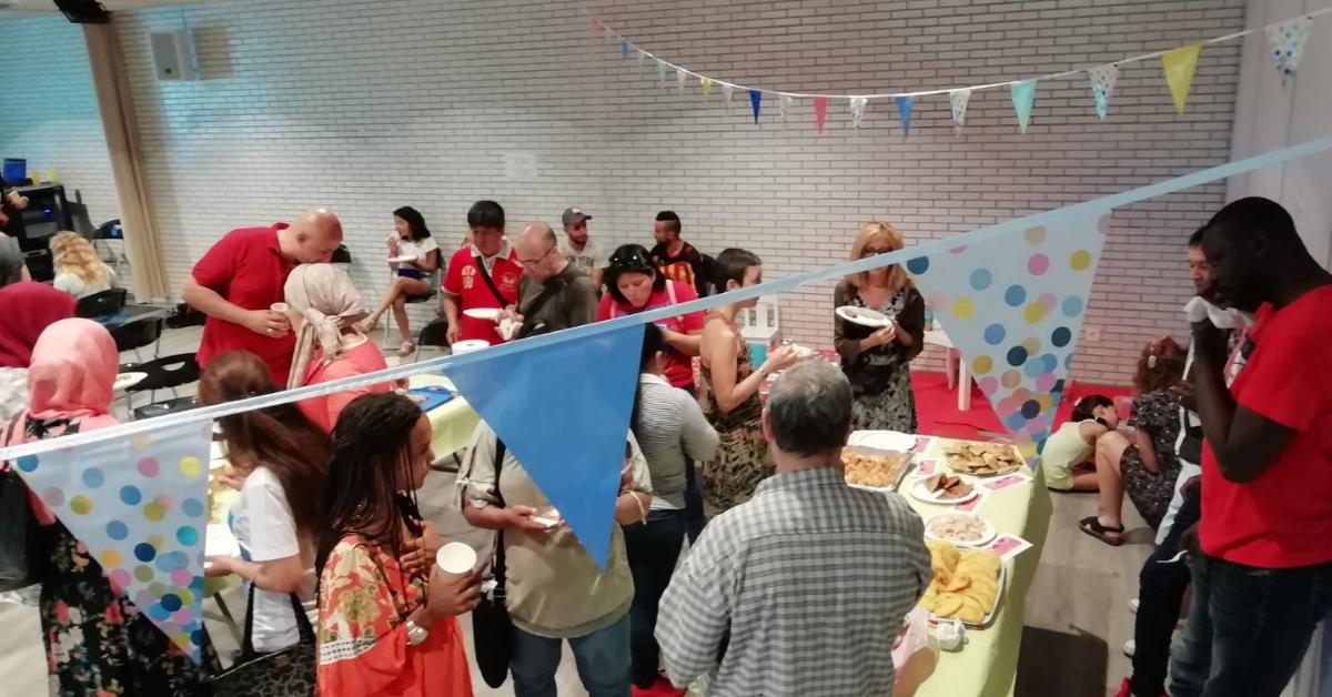 Persones tastant una proposta gastronòmica la festa del Projecte Aferra't