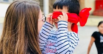 Nen jugant amb educadora del Casal