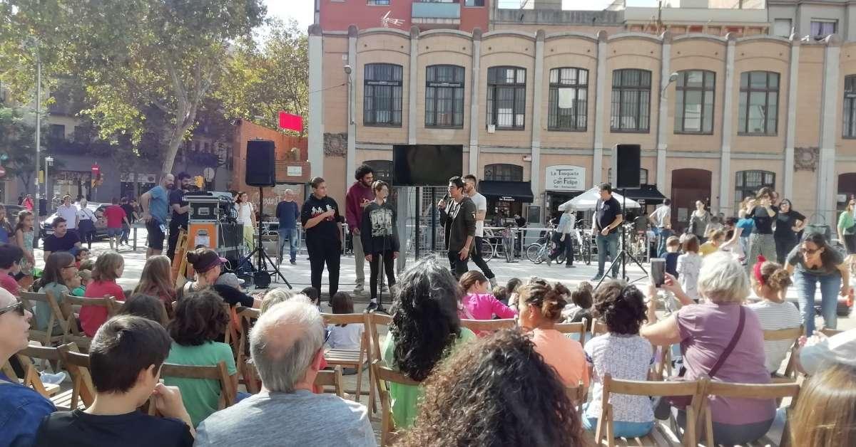 Escenari amb els joves cantant el rap a Escena Poblenou