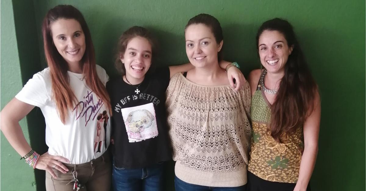 Carolina i la Yasmine amb les educadores del Casal en Família a Palma: La Noèlia i laLorena